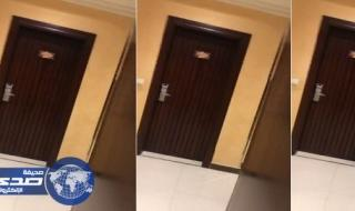 شاب يتسلل لفندق بجازان ويسجل صراخ عروسين ليلة الدخلة .. شاهد ما حدث معه