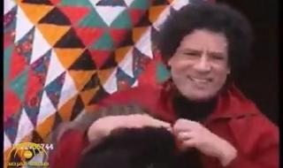"""شريط """"فيديو"""" نادر ينشر لأول مرة...شاهد ماذا كان يفعل الزعيم """"معمر القذافي"""" داخل خيمته في الصحراء؟!"""