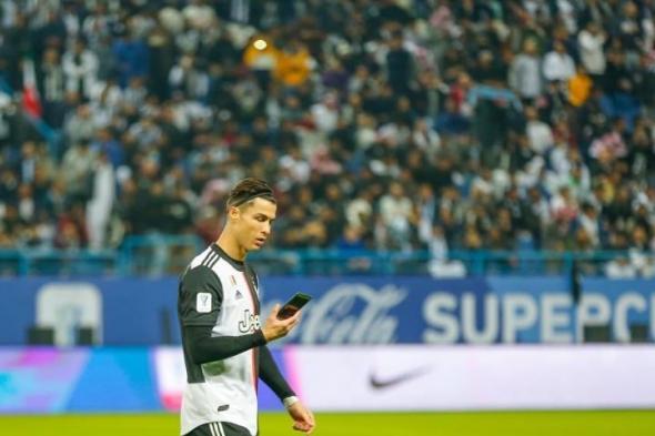 رونالدو يعثر على هاتف محمول في ملعب مباراة السوبر بالرياض