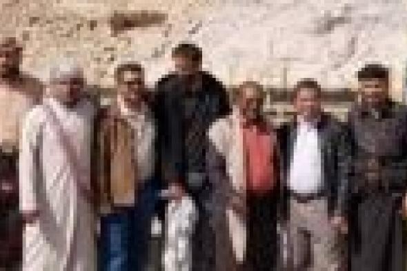 فريق من الصندوق الاجتماعي للتنمية يتفقد العمل في مشروع خزان حجري توزيعي مع شبكة مياه بمديرية عتق