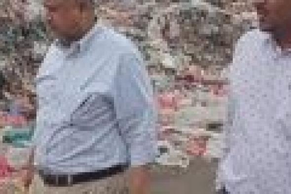 مدير نظافة عدن يتفقد سير العمل في المكب التحويلي للقمامة بمنطقة الحسوة بالبريقة