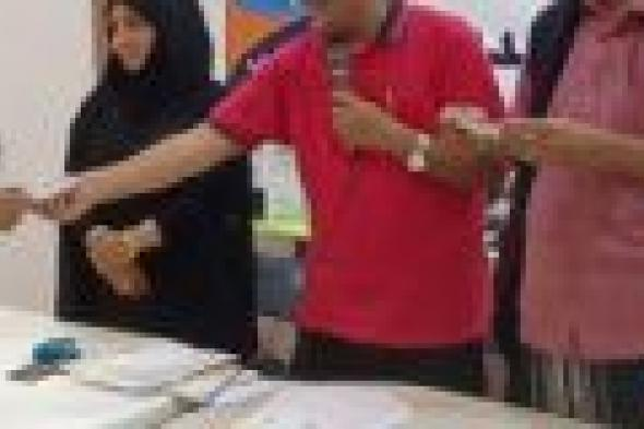 مؤسسة الشوكاني توزع مكائن خياطة ل 50 نازحة من مخيم الرباط بلحج