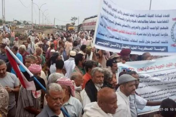 منتسبو القوات الجنوبية يتظاهرون في عدن مطالبين بتوفير رواتبهم