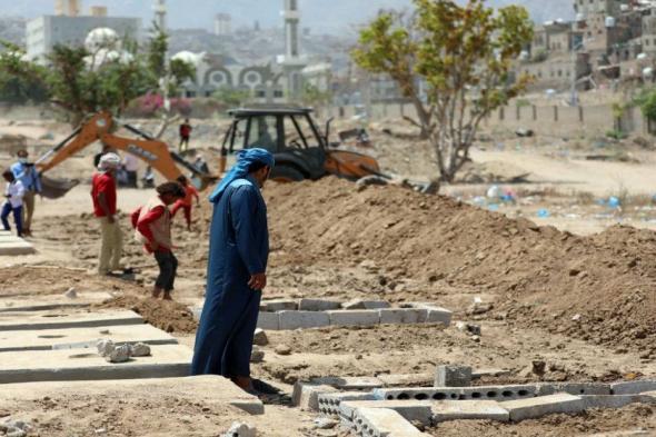 حفارو القبور في تعز ينهمكون في العمل مع ارتفاع وفيات كورونا