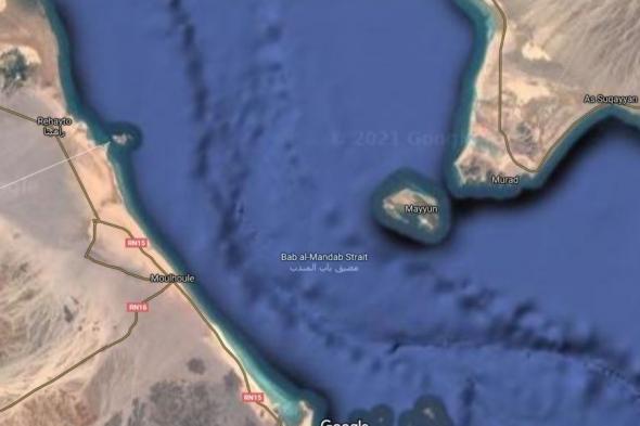 سفينة شحن إماراتية تفرغ معدات عسكرية في جزيرة ميون اليمنية